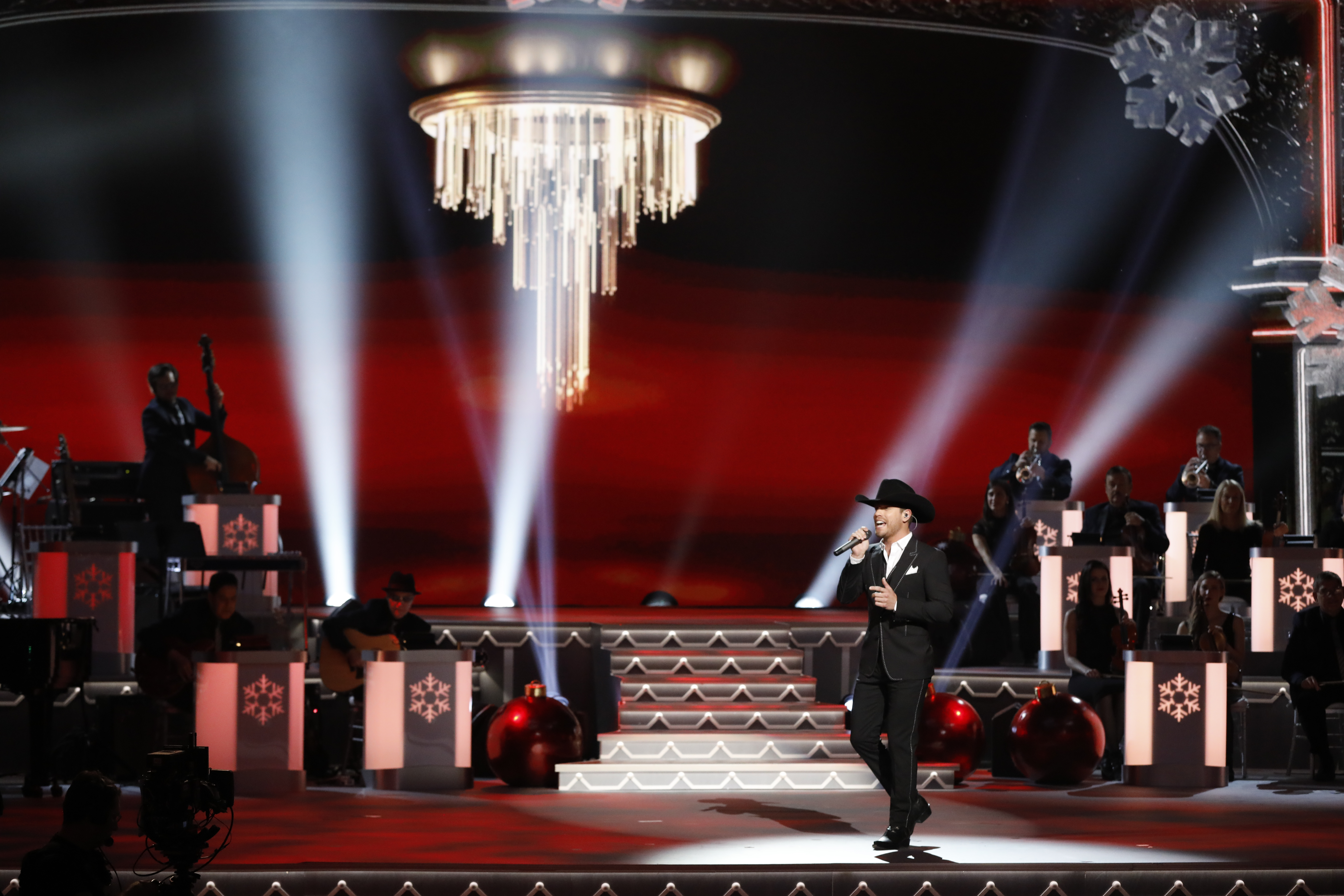 Dustin Lynch makes spirits bright with CMA Country Christmas debut (Tonight)