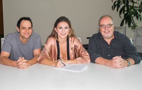 Kassi Ashton signs to UMG Nashville and Interscope Records