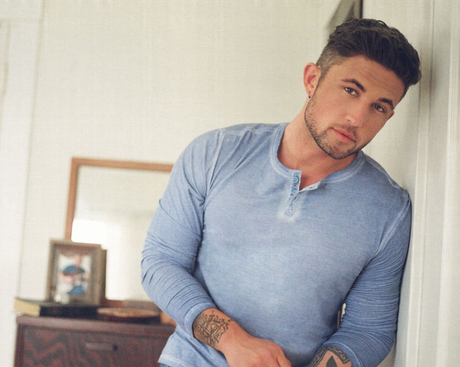 "Michael Ray reveals heart-felt new ballad with ""Her World Or Mine""; Album available everywhere June 1"